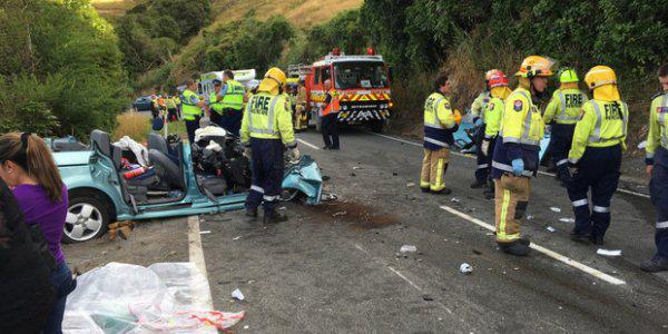 新西兰南岛旅游大巴与一辆小轿车 相撞后冲下河岸造成两人重伤